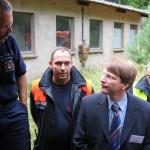 Staatrat Dr. Schulz gemeinsam mit dem Stellinger Wehrführer André Jänicke. Der Staatsrat ließ sich die Einsatzmöglichkeiten des Erkunders und die Messtechnik erklären.