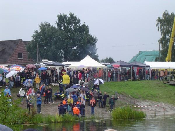 Die Besucher ließen sich durch den Regen nicht abhalten und unterstützten ihre Teams.