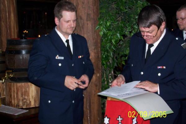 BerF Altona, U. Prehm, bei der Übergabe des Feuerwehr-Ehrenzeichens an Christian Behn