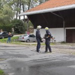 3 C vor auf dem Hof eines landw. Anwesens; die Prüfer lassen sich gerade die Funktion der vom Trupp mitgeführten Ausrüstungsgegenstände demonstrieren