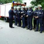 Der Kreisbrandinspektor gratuliert und überreicht die Abzeichen