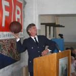 Landesbereichsführer Hermann Jonas verteilt die mitgebrachten Geschenke. Foto: (C) by FF Blankenese
