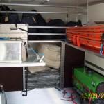 Rechts fünf Schleifkorbtragen, darunter die Zeltheizung, links zwei Sauerstoffflaschen und die Ausstattung aus dem alten GW-RD.