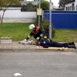 Ein Verletzter wird versorgt