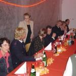 Die Jubilare mit ihren Partnerinnen an der Stirnseite der Tafel.