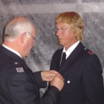 Bereichsführer-Vertreter Heino Goes bei der Verleihung der Verdienstmedallie in Silber an Joachim Köhler.