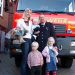 Hartmut mit seiner Familie vor dem LF16/12 der FF Lohbrügge