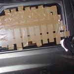 Die Seitenscheiben werden abgeklebt und mit dem Federkörner eingeschlagen. Anschließend kann das Glas entfernt werden.