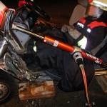 Der Vorderteil des Wagens wird mit einem hydraulischen Stempel nach vorne gedrückt. Der Patient kann nun befreit werden.