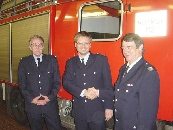 Der Bereichsführer Altona, Ulrich Prehm, gratuliert Christoph Lübbe zur Wiederwahl. Links freut sich der WFV Rüdiger Dau.