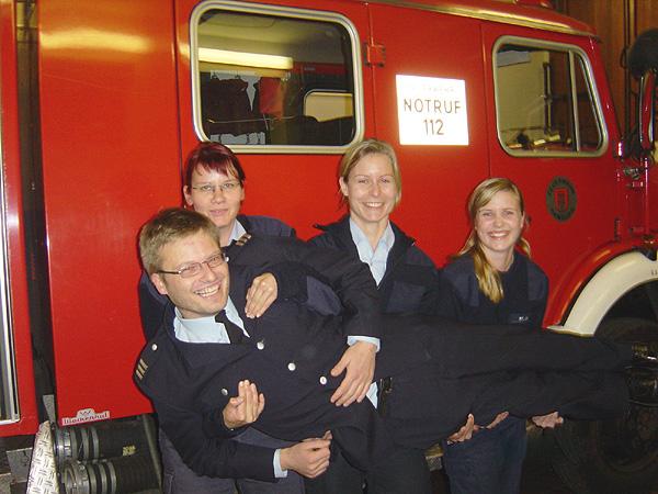 Die Frauen der Einsatzabteilung der FF Nienstedten nehmen gern Ihren Wehrführer auf den Arm...