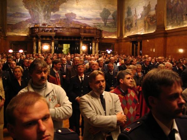 Die Gäste hören gespannt der Ansprache des Bürgermeisters Ole von Beust zu<br>© Jan Wiedenmann