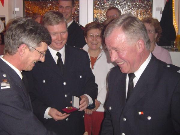 Hermann Jonas (links)und Werner Burmester (mitte) gratulieren Werner Meyer (rechts)