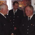 Bereichsführer-Vertreter Heino Goes (links)gratuliert im Namen des Wehrführerkreises Vierlande.