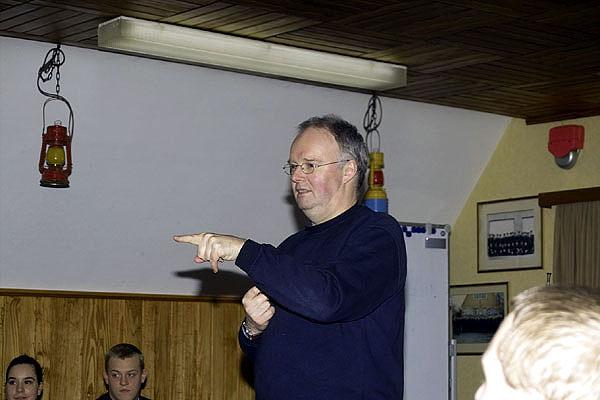 Hans-Peter Grage, Wehrführervertreter der FF Nettelnburg, bei der Ausbildung in Erster Hilfe