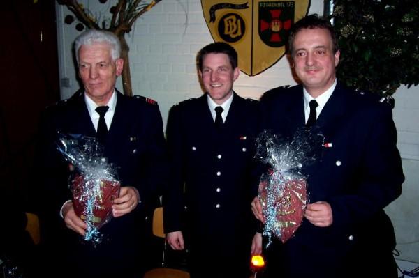 Die Jubilare Uwe Klisch (links) und Frank Grobelny (rechts) mit ihrem Wehrführer Bjoern Wilhelm