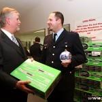 Jugendwart Oliver Stroisch (27) von der Freiwilligen Feuerwehr Wellingsbüttel dankt dem Hamburger FUK-Geschäftsführer Lutz Kettenbeil für den DVD-Player