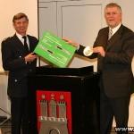 Hermann Jonas erhielt symbolisch das erste Gerät von Lutz Kettenbeil, Geschäftsführer der Feuerwehr-Unfallkasse.