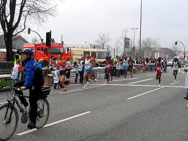 ... und ersten Läufer bei der Versorgungsstelle km 15 (Deichtorplatz)<br> © Jan Wiedenmann