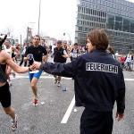 ... und der Feuerwehr reichen den Sportlern Wasserbecher<br> © Jan Wiedenmann