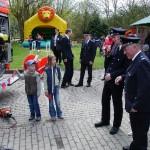 Eine Feuerwehrgirlande von Svenja und Jannik wird Wehrführer Werner Meyer überreicht.