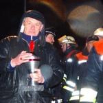 Herbert Vetter von der Bergedorf-Bille-Stiftung mit dem Wanderpokal der Nachtwanderung.