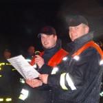 Oliver Stroisch und Landesjugendfeuerwehrwart Marcel Steinhäuser verlesen die Platzierungen.
