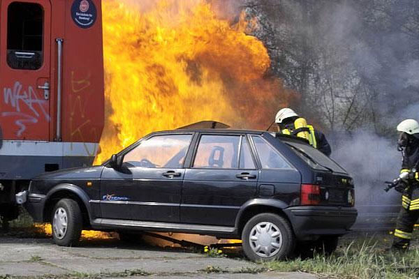 Nach einer Kollision mit einem Zug explodiert ein Auto