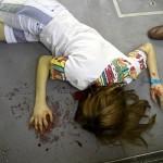 bewußlose verletzte Person im Zug