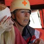 im Rettungszelt wird die Kopfwunde versorgt