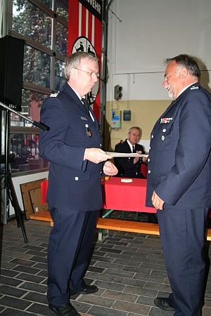Der Leitende Branddirektor Dr. Peer Rechenbach (links) versetzt Uwe Sturr in die Ehrenabteilung der FF Bergedorf.<br>Foto: © Peter Becker
