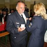 ... und zeichnete Uwe mit einer Medaille des Kreisfeuerwehrverbandes Meißen aus.<br>Foto: © Peter Becker
