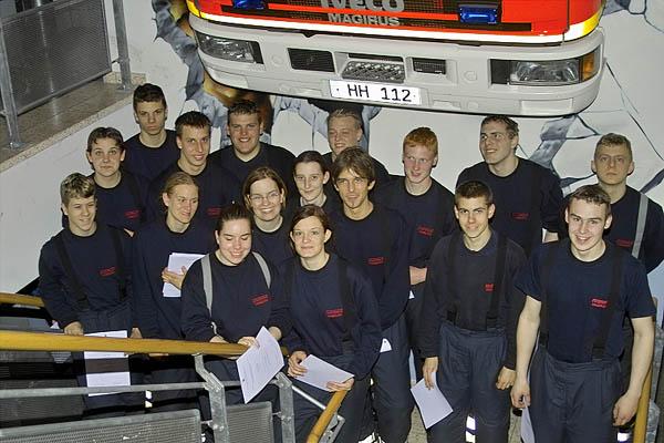 6 Frauen und 11 Männer aus den Freiwilligen Feuerwehren des Bereiches Bergedorf haben den ersten Teil der Feuerwehrgrundausbildung bestanden