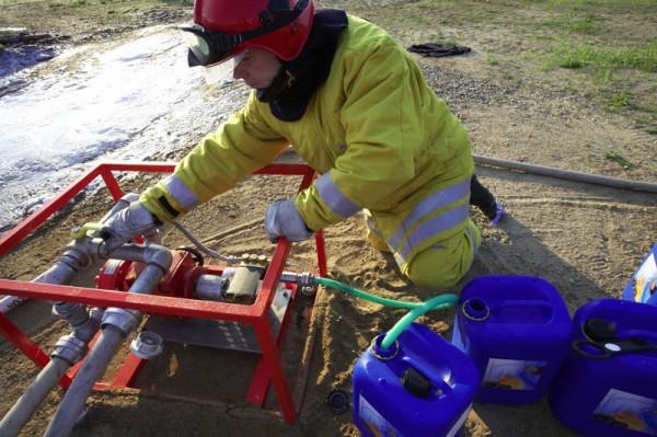 Einfache Handhabung: Das Firesorb®-Konzentrat lässt sich problemlos durch Rühren oder Pumpen im Löschwasser verteilen. Quelle: obs/Degussa AG