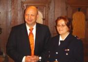 Der Harburger Bezirksamtsleiter Torsten Meinberg mit Nadine Rindt von der FF Harburg, die als erste die Harburg Münze entgegennahm.