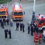 Vor dem Rathaus waren Fahrzeuge der anwesenden Hilfsorganisationen aufgefahren.