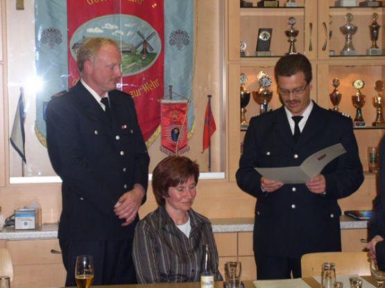 Von links: Oberbrandmeister Guido Bestier, Kirsten Bestier, Bereichsführer Vierlande Torsten Altenburg