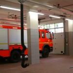 Großzügige und mit zeitgemäßer Technik ausgestattete Fahrzeughalle.