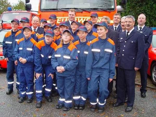 Gruppenfoto vor dem Feuerwehrhaus