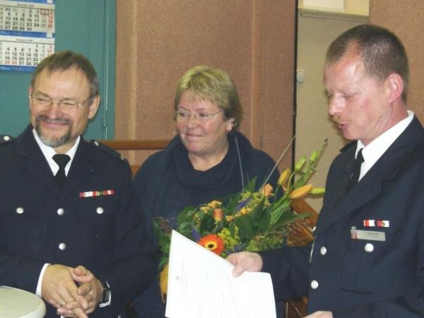 Dieter Hauto, Monika Hauto und Bereichsführer Thorsten Hansche bei der Verlesung der Urkunde