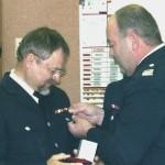 Bereichsführer Alstertal Gerd Rüther verleiht die Feuerwehrverdienstmedaille der ersten Stufe