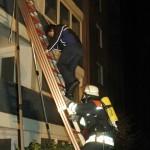 Eine Person wird über die Schiebeleiter vom Balkon gerettet