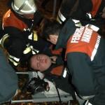 Der verunglückte Feuerwehrkamerad ist gerettet und wird versorgt
