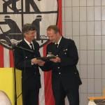 LBF Jonas übergibt ein Präsent für das Feuerwehrhaus an WF Hesse