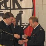 Staatsrat Ahlhaus zeichnet WF Hesse für seine 25-jährige Dienstzeit aus; verdeckt im Hintergrund Ltd.BD Rechenbach