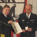 Übergabe der Urkunde und Ehrenzeichen für 40 Jahre Feuerwehrdienst an BI Grävell