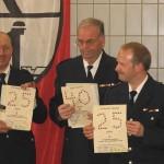 Die drei Jubilare mit den Urkunden des Bereichs Altona