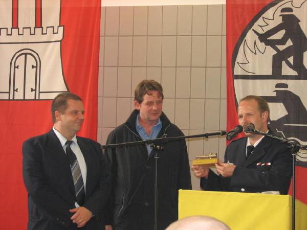 Die Vertreter der Fa. Seeland (Bauträger des Feuerwehrhauses) erhalten von WF Hesse ein Präsent zur Erinnerung
