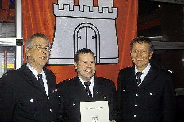 von links: Wehrführer FF Bille, Jens Albers; Jubilar Reiner Kröger; Bereichsführer Bergedorf, Bernd Nohdurft <br>© Jörg Plagens