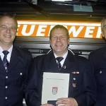 Wehrführung der FF Bille mit dem Jubilar, von links: Bernd Voigt, WFV; Reiner Kröger; Jens Albers, WF. <br>© Jörg Plagens